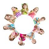 吃冰淇凌的小组孩子或孩子 免版税库存照片