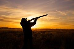 在日落的猎人射击 库存照片