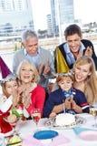 Γονείς που συγχαίρουν του παιδιού Στοκ φωτογραφία με δικαίωμα ελεύθερης χρήσης