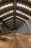 与明亮的光的被放弃的工业内部 免版税库存图片