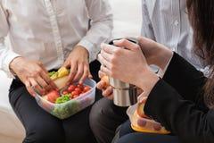 在断裂期间的办公室膳食 免版税库存照片