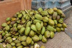 在街道上的未加工的椰子待售 免版税库存图片