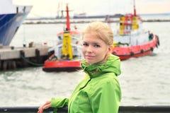 Νέα γυναίκα που ταξιδεύει στο σκάφος Στοκ φωτογραφία με δικαίωμα ελεύθερης χρήσης