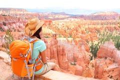 远足者妇女在布赖斯峡谷远足 免版税库存图片