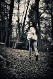 害怕的女孩赛跑 免版税图库摄影