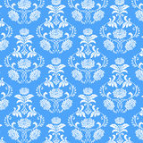 在蓝色背景的无缝的白花样式 免版税库存照片