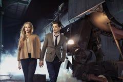 Молодые пары идя в исторический железнодорожный вокзал Стоковая Фотография