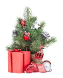 Малая рождественская елка с коробкой декора и подарка Стоковые Фотографии RF