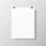 在砖墙上的空白的白色海报 图库摄影