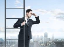 上升在梯子的商人 免版税库存照片