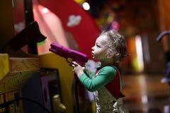 瞄准枪的孩子 免版税库存照片
