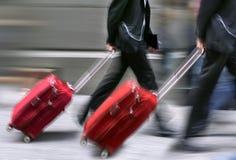 销售。带着手提箱的人们急忙。 库存照片
