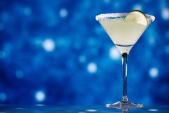 在星闪烁深蓝背景的玛格丽塔鸡尾酒 免版税库存照片