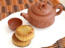 中国月饼和茶 免版税库存图片