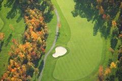 高尔夫球场鸟瞰图在秋天期间的 免版税库存图片