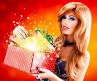 Όμορφη προκλητική γυναίκα με ένα δώρο Χριστουγέννων Στοκ Εικόνα