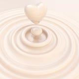 心脏标志由液体牛奶奶油制成 库存照片