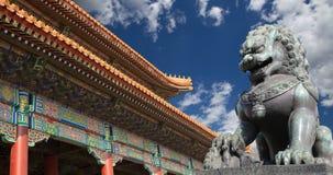 古铜色监护人狮子雕象在故宫,北京,中国 图库摄影