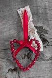 音乐纸张和野玫瑰果心脏顶视图圣诞节的 库存图片