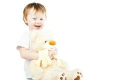 有大玩具熊的逗人喜爱的滑稽的婴儿女婴 免版税图库摄影
