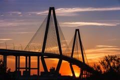 在日落的桥梁剪影 免版税图库摄影