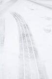 在雪的轮胎轨道 免版税库存照片