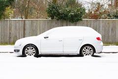 在雪盖的汽车 库存图片