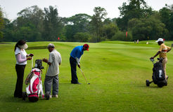 实践的高尔夫球运动员 库存照片
