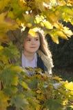 在女孩隐藏的结构树之后 库存照片