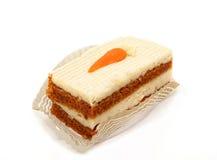 在白色胡萝卜糕隔绝的切片 免版税库存照片