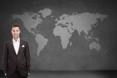 在世界地图的商人 免版税库存图片