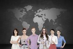 在世界地图的少量妇女 免版税库存图片