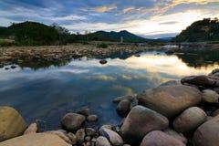 在一条热带河的日落在婆罗洲 库存图片