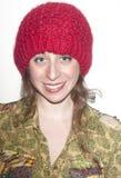五颜六色的女衬衫和红色帽子的妇女 免版税库存照片