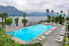 面对科莫湖的一家盛大旅馆的游泳池在意大利 免版税库存图片