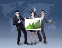 拿着成长图表的企业同事 免版税库存图片