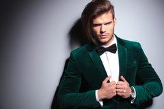 绿色天鹅绒衣服的恼怒的年轻人 图库摄影