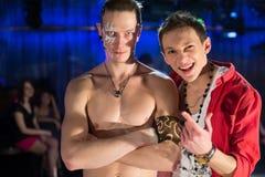 Ο τύπος στο κόκκινο πουκάμισο και ένας τύπος με έναν γυμνό κορμό Στοκ φωτογραφία με δικαίωμα ελεύθερης χρήσης