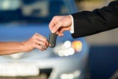 Άνθρωποι που αγοράζουν το νέο αυτοκίνητο Στοκ Εικόνες