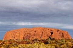 在艾瑞斯岩石的日落在澳大利亚的红色中心  免版税库存图片