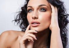 Όμορφο πρόσωπο της νέας μοντέρνης γυναίκας στο άσπρο υπόβαθρο. Στοκ Εικόνες