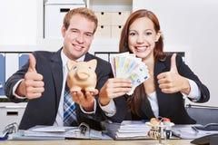 Бизнесмены с деньгами евро Стоковые Изображения