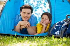 愉快父亲和儿子野营 免版税库存照片