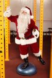 活泼的圣诞老人健身训练 库存照片