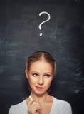 妇女的概念和在黑板的白垩得出的问号 免版税库存图片