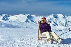 滑雪后在山在圣诞节期间 免版税库存图片