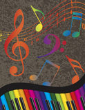 与五颜六色的钥匙和音乐笔记的钢琴波浪边界 库存照片