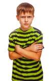 恼怒的十几岁的男孩孩子感觉a的愤怒金发碧眼的女人 免版税库存图片