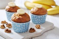 在蓝纸杯形蛋糕盒的香蕉松饼 免版税图库摄影