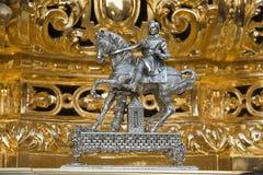 位于浮游物的前面的金属片断有锤击的工头被定购的推力王位在圣周 免版税库存照片